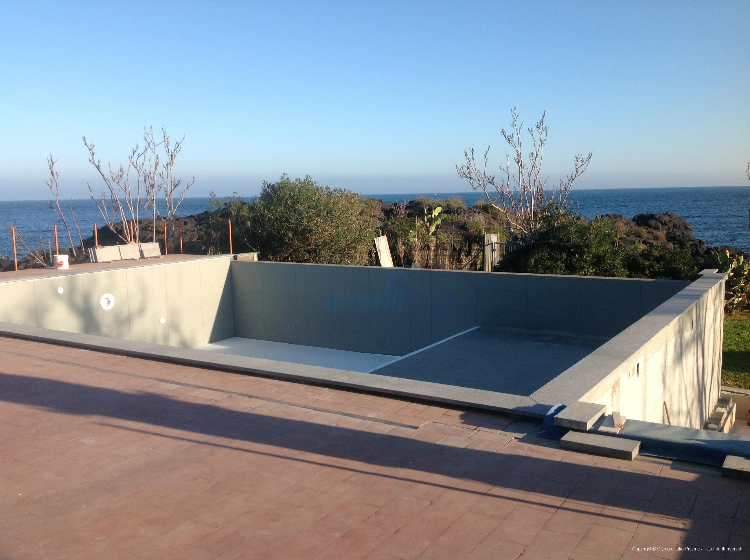 Costruzione piscina bordo sfioro struttura prefabbricata for Piscina con cascata
